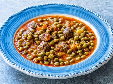 Грах яхния с кюфтета, домати и подправки - снимка на рецептата